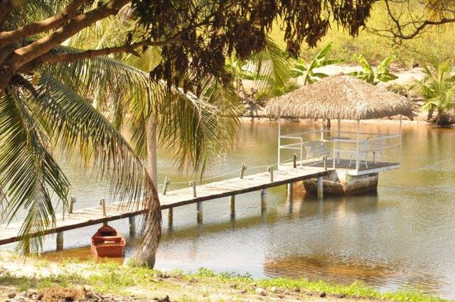Lagoa no local com canoa.